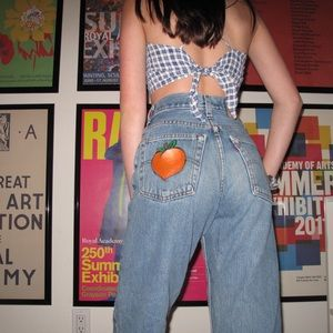 🌼Vintage Levi's with a hand painted peach🍑
